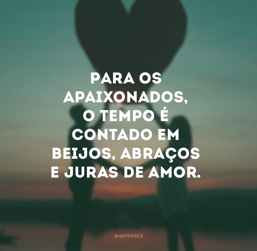 Para os apaixonados, o tempo é contado em beijos, abraços e juras de amor.