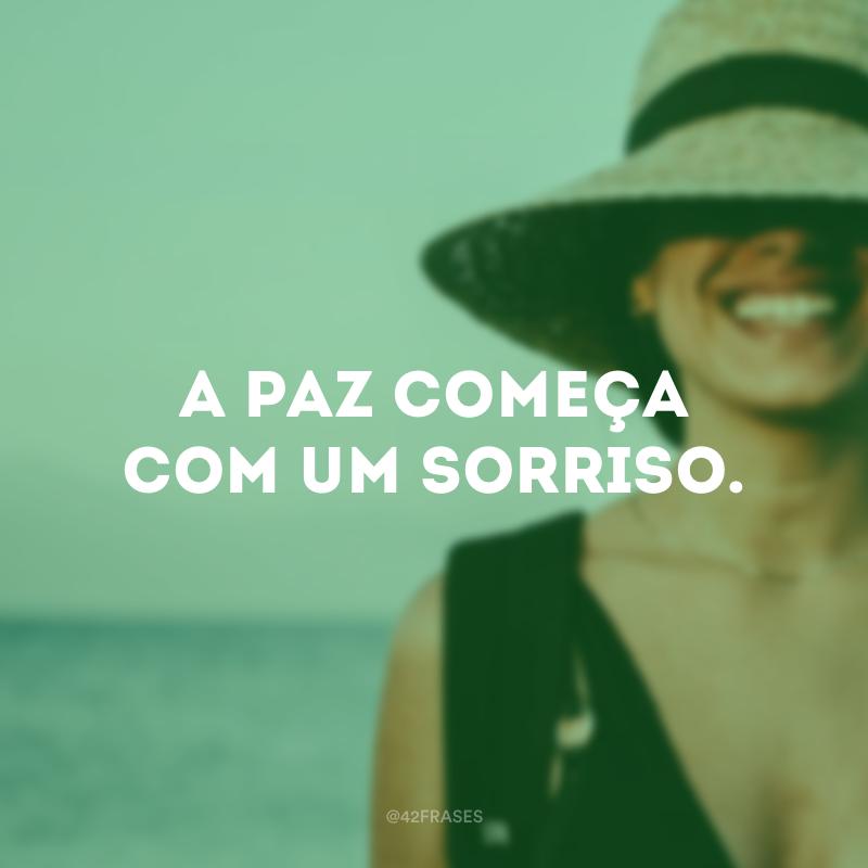 A paz começa com um sorriso.