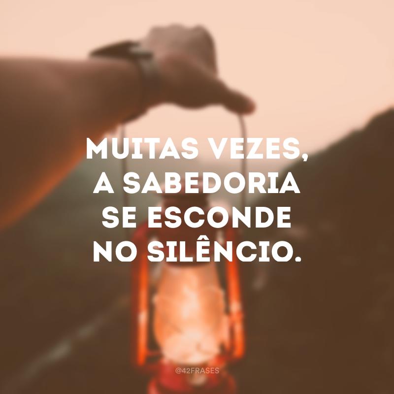 Muitas vezes, a sabedoria se esconde no silêncio.