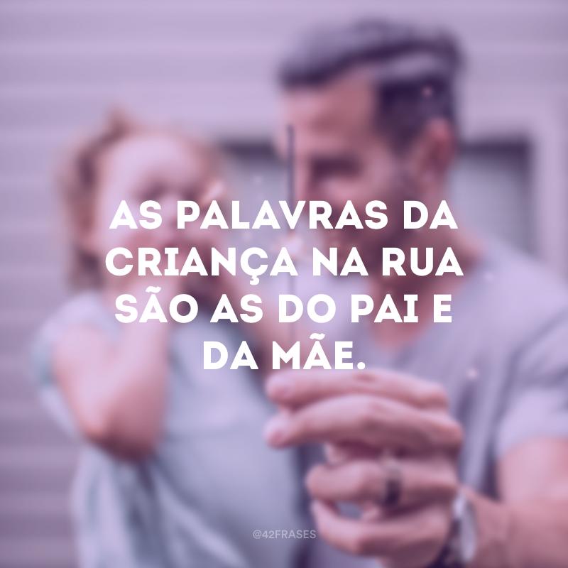 As palavras da criança na rua são as do pai e da mãe.