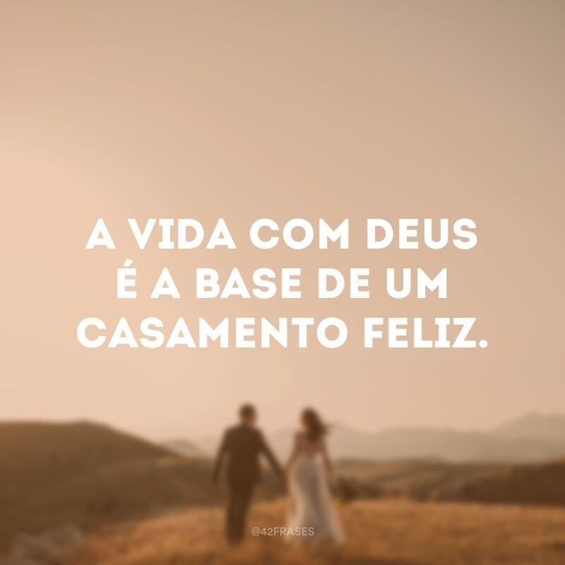 A vida com Deus é a base de um casamento feliz.