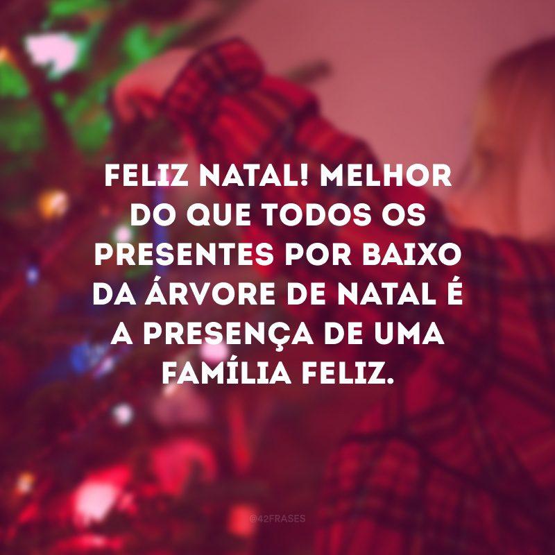 Feliz Natal! Melhor do que todos os presentes por baixo da árvore de Natal é a presença de uma família feliz.