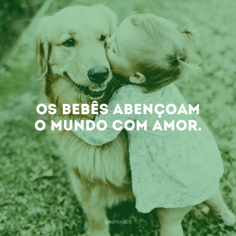 Os bebês abençoam o mundo com amor.