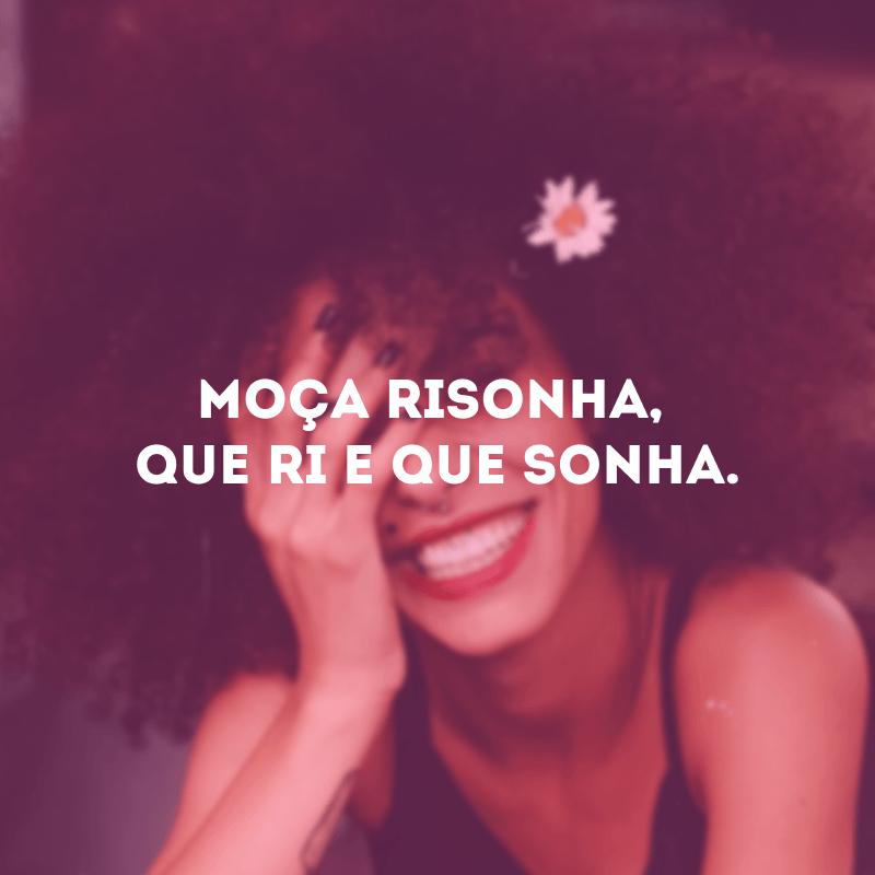 Moça risonha, que ri e que sonha.