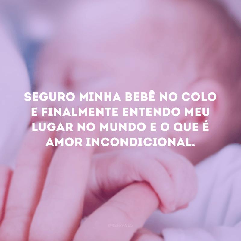Seguro minha bebê no colo e finalmente entendo meu lugar no mundo e o que é amor incondicional.