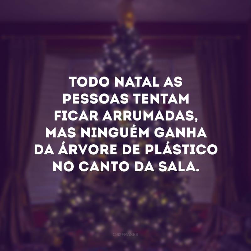 Todo Natal as pessoas tentam ficar arrumadas, mas ninguém ganha da árvore de plástico no canto da sala.